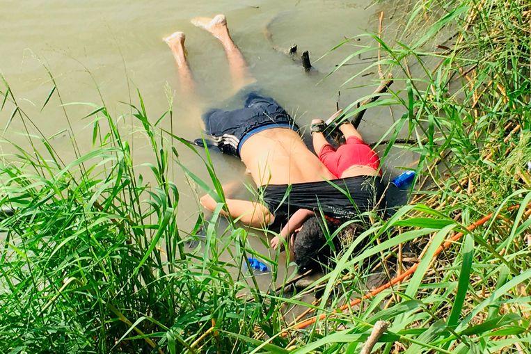 Óscar Alberto Martínez Ramírez en zijn dochtertje Valeria overleefden de oversteek van de Rio Grande niet.