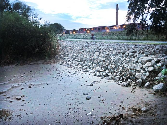 Langs het strandje aan de Oude Maasoever in Barendrecht zijn allemaal rotsblokken gestort.