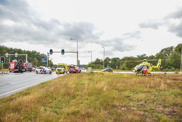 Hulpdiensten op de N225 na de aansluiting met de A50 bij Heelsum.