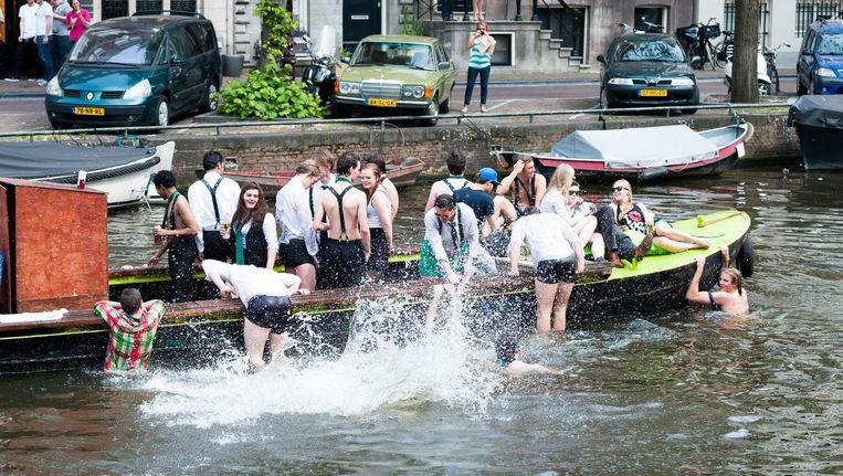 In Amsterdam werden sinds 2014 84 boetes uitgedeeld voor overtredingen door zwemmers en watersporters. Beeld Mats van Soolingen