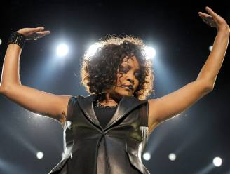 """Amerikaanse privédetective over dood Whitney Houston: """"Ze was niet alleen toen ze stierf"""""""