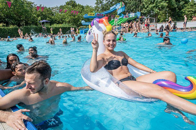 Denisa Vitan Flavia uit Roeselare kwam met haar eenhoorn genieten van het koele water in het openluchtzwembad.