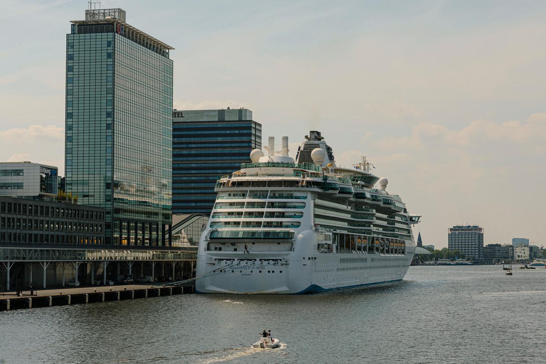 De Brilliance of the Seas ligt voor anker aan de Passengers Terminal Amsterdam.  Volgende keer in IJmuiden?