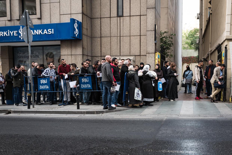 Syrische vluchtelingen in de rij voor het Syrische consulaat in Istanbul.