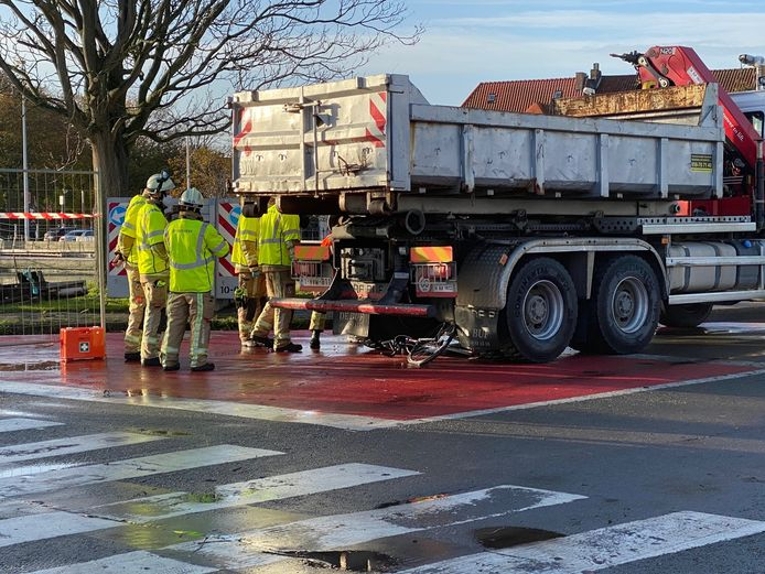 Een dodehoekongeval in Brugge: langs de Brugse Ring aan de Dampoort belandde een fietser onder een vrachtwagen.