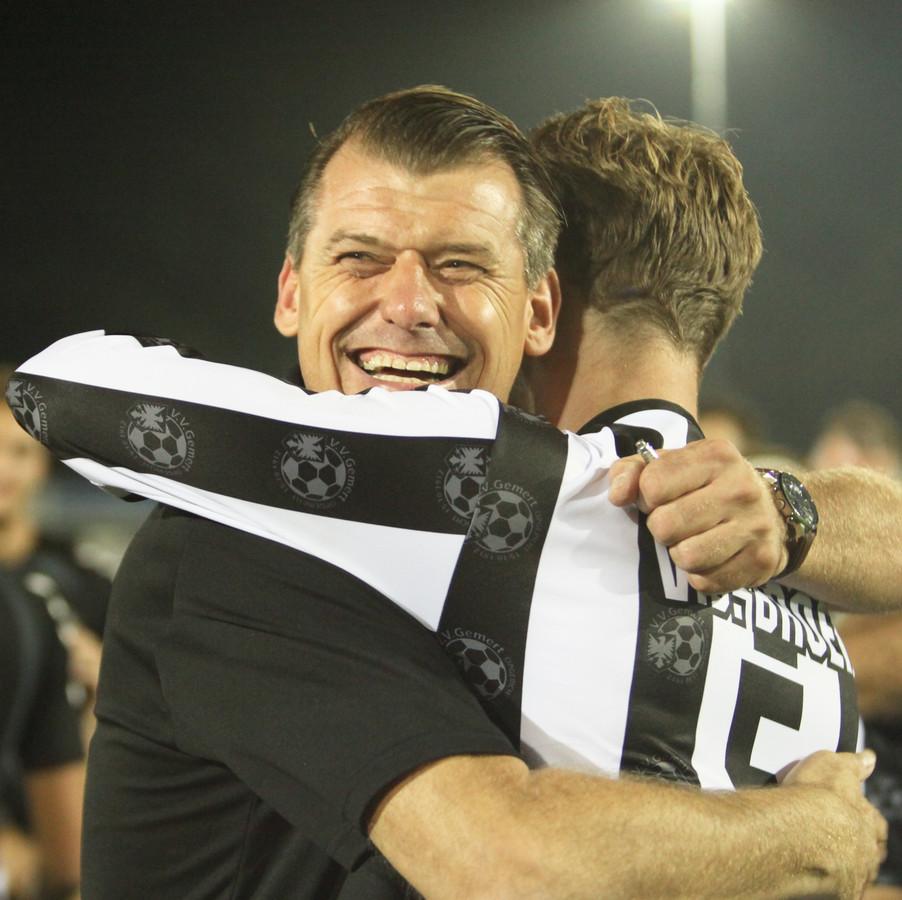 Gemert-coach Reinald Boeren viert met Erwin van den Broek de overwinning op Hoek en de plaatsing voor de eerste ronde van de KNVB-beker.