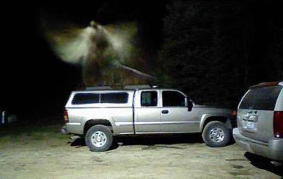 Volgens de man uit Michigan is dit duidelijk een engel. Anderen denken dat het beeld veroorzaakt is door een insect.