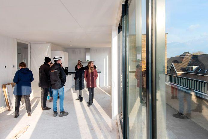 De omwonenden betreden een appartement met uitzicht op de Van Verschuerwijk.