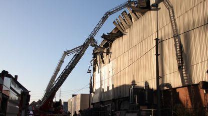 Zware brand bij bedrijf in Roeselare: deel van dakconstructie vernield