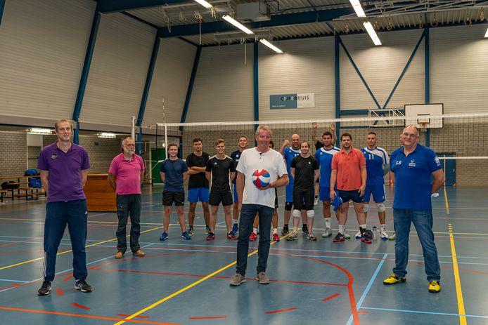 Rini Boutens (paars), Wim Munter (roze), Jan Kastelein (wit) en Tony van Breda (blauw) met op de achtergrond de selectie van Forza/Intermezzo
