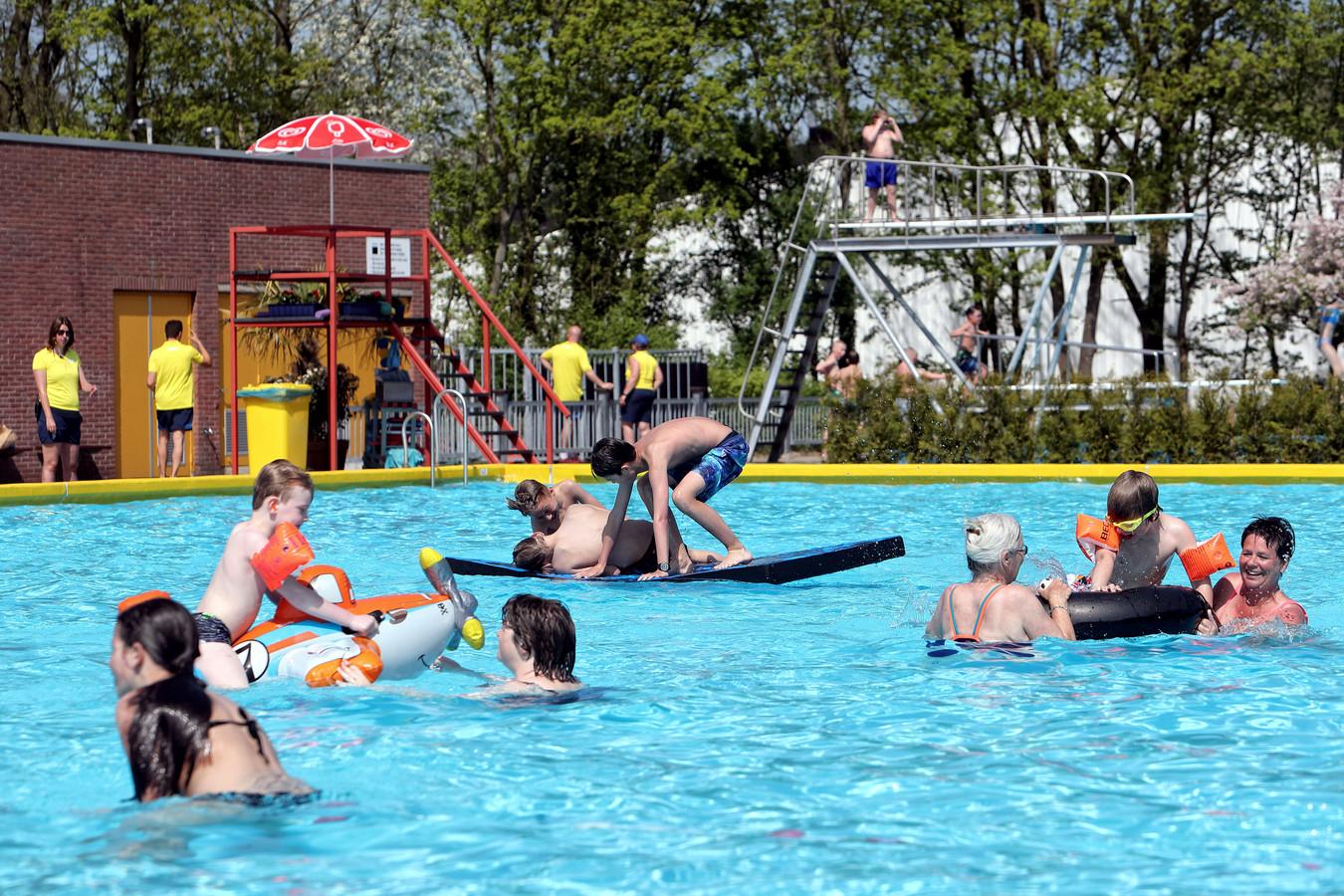 Volop waterpret in zwembad De Melanen, voorjaar 2018. De Halsterse accommodatie zou zondag 21 april weer open gaan, maar vanwege lekkages bij het recreatiebad moet de seizoensstart minstens een week worden uitgesteld.