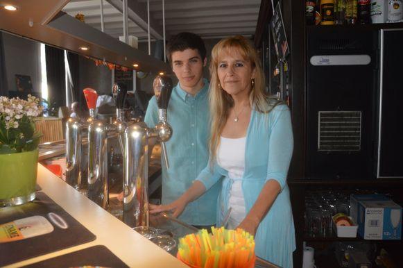 Ingrid en Kayël in hun nieuwe café De Gouden Koterhaak.