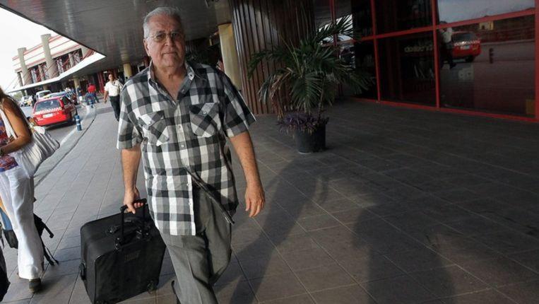 Elizardo Sanchez, woordvoerder van de Human Rights Commission and National Reconciliation (CCDHRN)op het Jose Marti vliegveld in Havana, Cuba. Beeld epa
