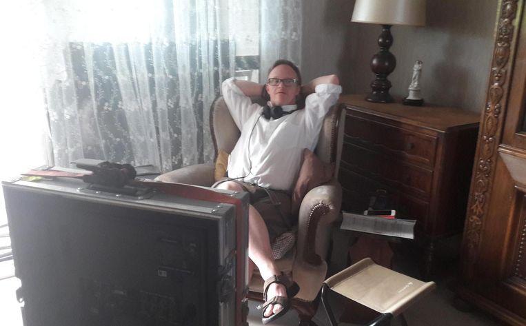 In de zetel van zijn ouderlijk huis in Ronse, waar in juni opnames plaatsvonden.