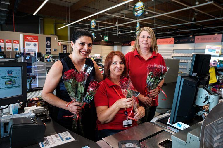 Brigitte heeft van haar collega's Linda en Trusiana een rode roos gekregen om haar te bedanken voor de ajrnelange inzet in de supermarkt die zaterdag definitief de deuren sluit.