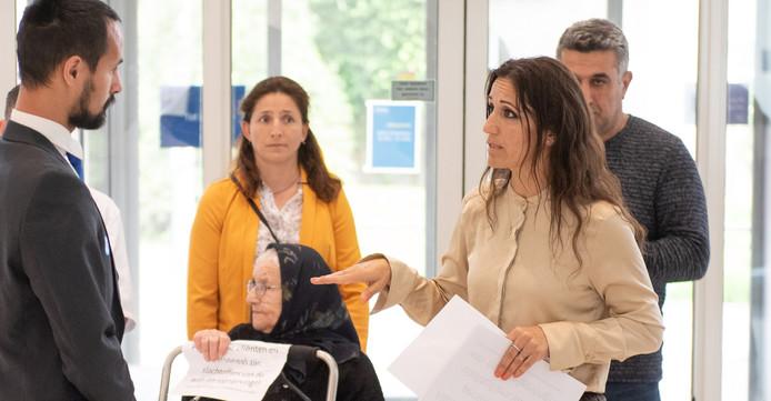 Directeur Rima Lahdo (rechts), tijdens het protest bij zorgverzekeraar Menzis.