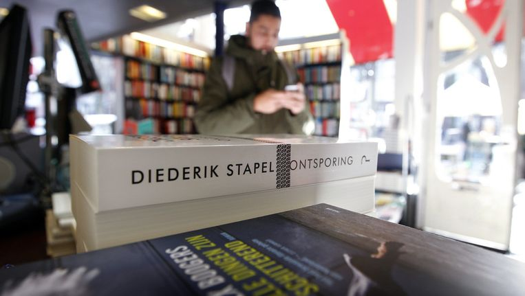 Het boek 'Ontsporing' van de wetenschapper Diederik Stapel in boekhandel Scheltema. De gevallen hoogleraar sociale psychologie gaat met zijn boek in op zijn handelswijze als wetenschapper. Beeld anp