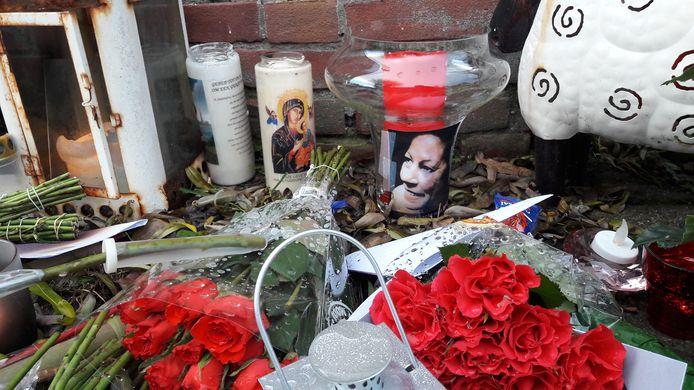 Familie en vrienden hebben bloemen gelegd en branden kaarsjes op de plek nabij de Hoogvensestraat waar Hennie de Laat werd gevonden.