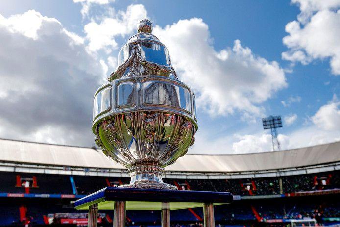 De 'Dennenappel', de trofee die hoort bij het toernooi om de KNVB-beker.