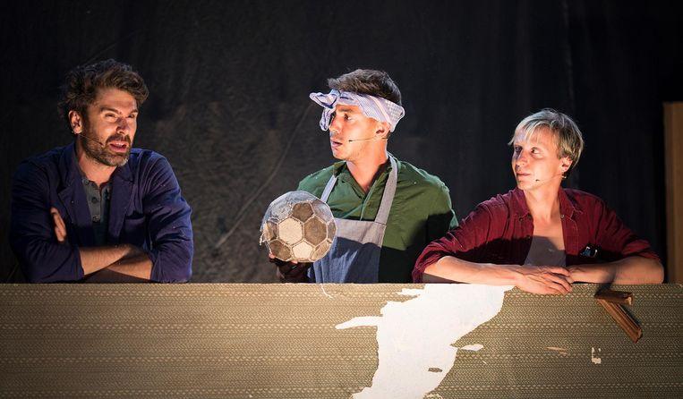 Thomas van Ouwerkerk, Sacha Muller en Jos Nargy in de voorstelling Herinneringen aan mijn broer. Beeld Sofie Simao