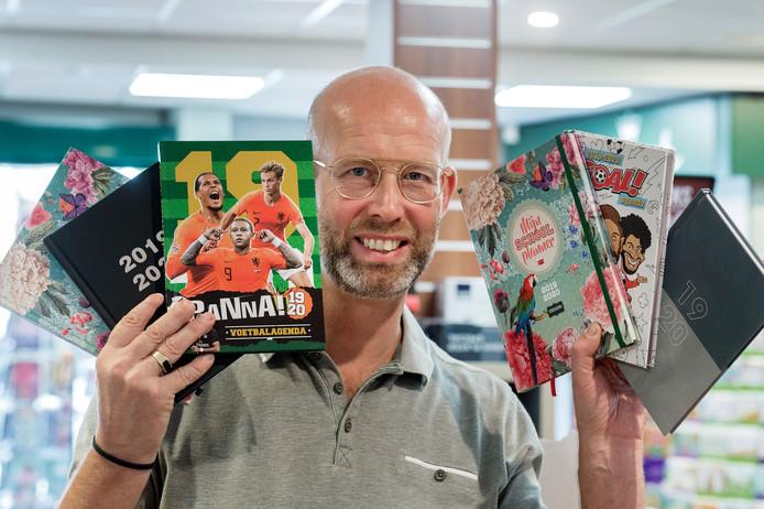 Paul Timmers van de Read Shop in Breda toont een deel van het assortiment schoolagenda's. ,,Vroeger kreeg ik een hele pallet binnen.''