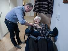Duivense wethouder loopt stage en helpt demente bewoners