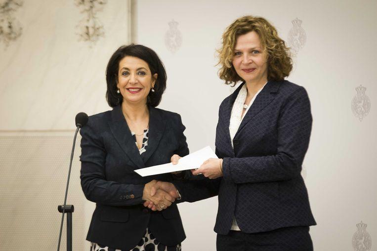 Edith Schippers, verkenner voor de kabinetsformatie, biedt Tweede Kamervoorzitter Khadija Arib haar verslag aan. Beeld ANP