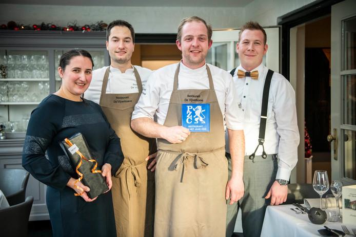 Het team van De Vijverhoeve met de PZC Award: vlnr gastvrouw/sommelier Yori Gresel, sous-chef Alphonse Hamelijnck, chef Bart Grahame en maitre Levi van Westen.