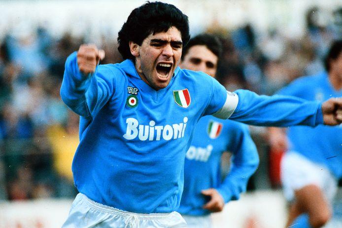 Diego Maradona maakt een goal tijdens de Seria A-match tussen Napoli en AC Milan op 1 mei 1988.