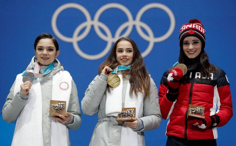 Van links naar rechts: winnares van het zilver Evgenia Medvedeva, olympisch kampioen Alina Zagitova en nummer drie Kaetlyn Osmond Beeld reuters