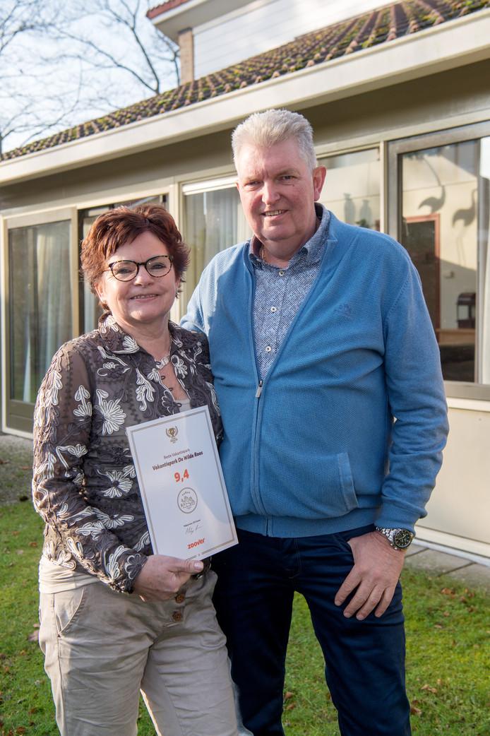 Wim en Harri't Weitkamp met de award voor een van de huisjes.