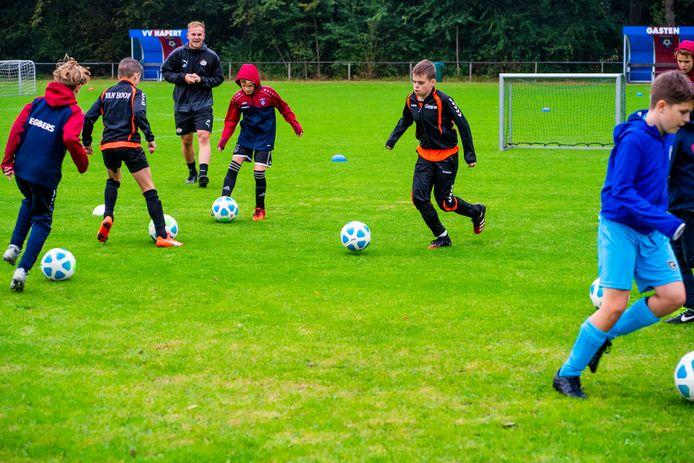 Training jeugdvoetballers in Hapert