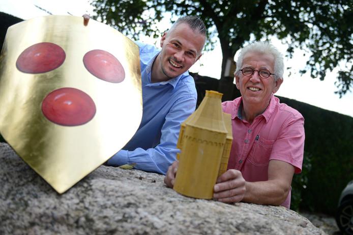Peter Nieuwenhuis (l) en Jan te Kulve met deel van model voor maquette vroegere kasteel van de Heer van Borculo, zoals dat in brons wordt uitgevoerd om te worden geplaatst aan de Hoflaan in Borculo