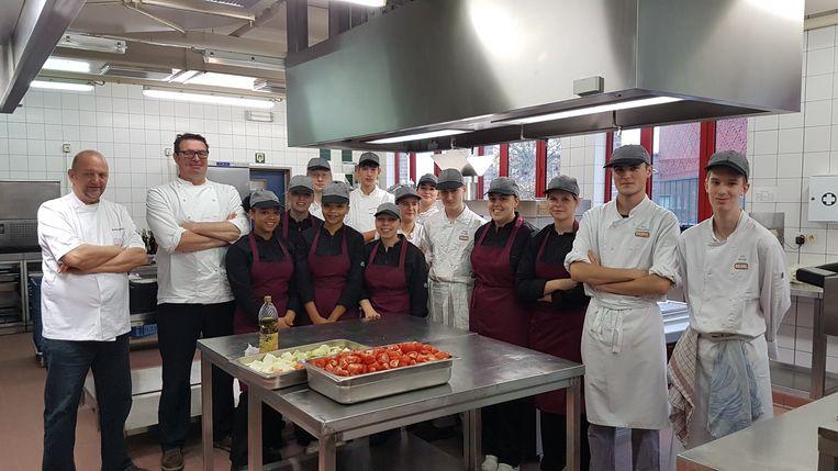 Patrick Verheire van restaurant Marcel en oud-leerling Wouter Keersmaekers van de 'Schone van Boskoop' gaven uitleg aan de leerlingen van 7 Wereldgastronomie en 6 Hotel.