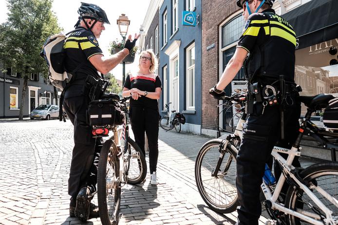 Tamara Verheij in gesprek met agenten in Doesburg.