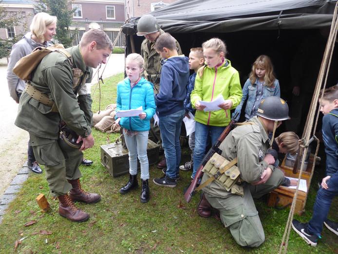 Vorig jaar vond de eerste educatiedag plaats. Bij Villa Klondike in Veghel vertelden re-enactors  volop oorlogsverhalen aan vijfhonderd schoolkinderen bij het nagebouwde hoofdkwartier.