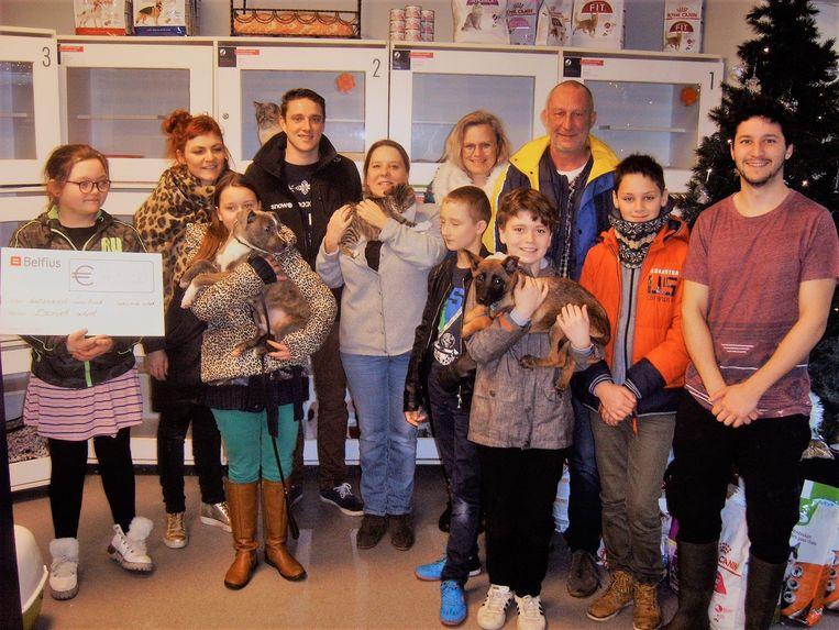 Het dierenasiel bleek ook een populair goed doel voor acties in het kader van de Warmste Week. Enkele kinderen van begeleidingscentrum Bemok in Kortrijk wasten onder meer auto's om centjes in te zamelen voor het dierenasiel.