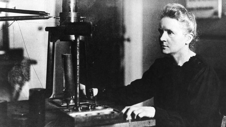 Marie Curie in 1925, terwijl zij aan het werk is in een laboratorium in Parijs. Beeld ANP