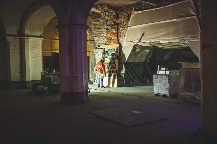 De muurschilderingen in de crypte zitten weggestoken achter doeken.