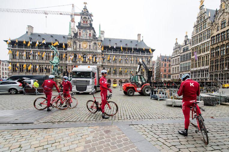 Deze wielrenners, die gisteren op de Grote Markt een kijkje kwamen nemen, leken zich wel van dag vergist te hebben.