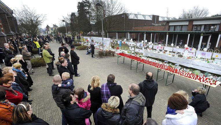 Voor basisschool 't Stekske in het Belgische Lommel wordt een minuut stilte gehouden ter nagedachtenis van de omgekomen slachtoffers van het busongeluk in Zwitserland. Beeld ANP