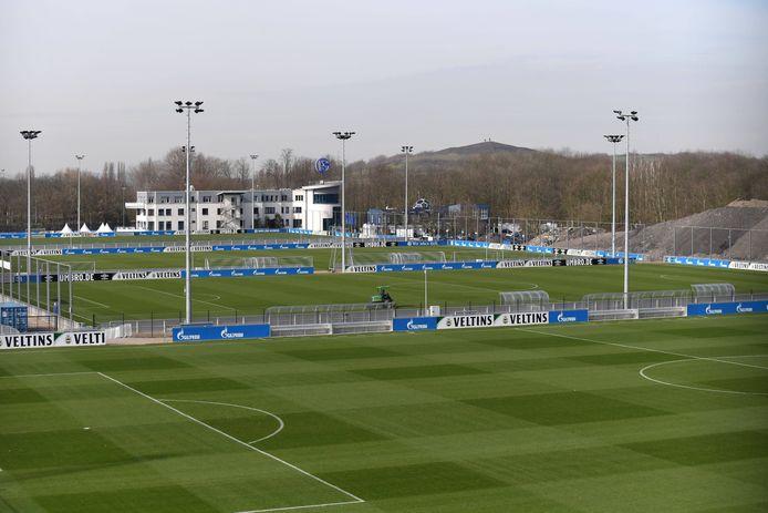Het trainingscomplex van Schalke 04 ligt er verlaten bij.