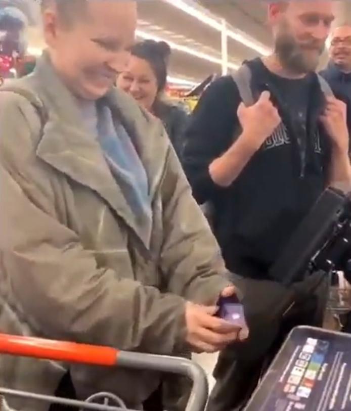 Sia à la caisse du Walmart de Palm Springs.