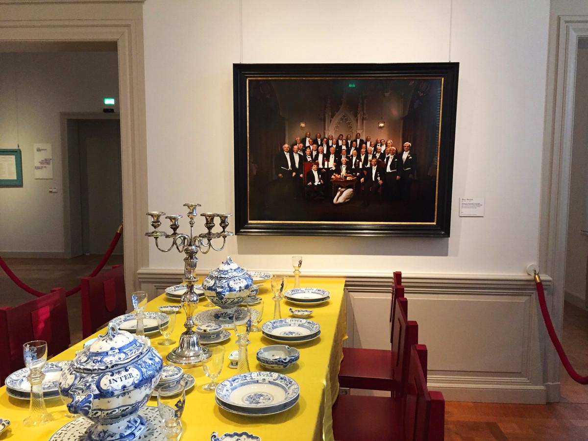 In het Noord-Bbrabants Museum hangt een foto van de gezworen broeders boven een gedekte tafel voor het zwanendiner.