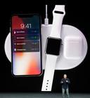 Phil Schiller, Apple's marketing baas, toont de nieuwe draadloze oplaadmat. Sindsdien is het gevaarte nog steeds niet te koop.