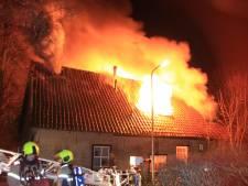 Schoorsteenbrand groeit uit tot grote brand in Hoogblokland