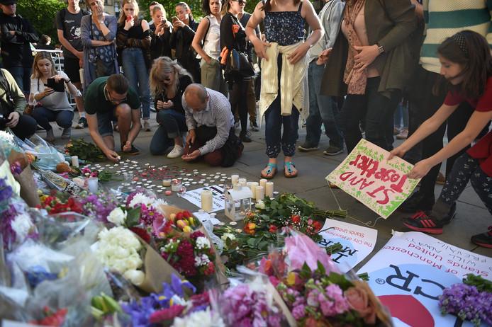 Op Albert Square in Manchester worden bloemen gelegd ter nagedachtenis aan de slachtoffers die vielen bij de aanslag
