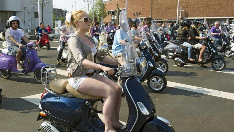 In Amsterdam is de scooter zeer populair. De hoofdstad telt ongeveer 52 duizend snor- en bromscooters, waarvan 26 tot 44 procent een tweetaktmotor heeft. Beeld anp