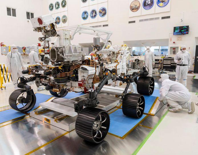 Ingenieurs van NASA werken aan de nieuwe rover 'Perseverance' in het Jet Propulsion Laboratory in Pasadena, Californië