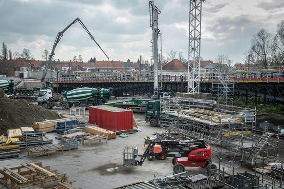 Betonmixers aan het werk bij de nieuwe Dorpsbrug.